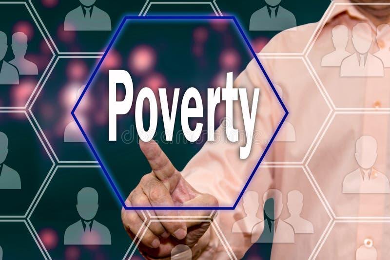 Een bejaarde persoon drukt de Armoedeknoop op het touche screen Het concept armoedevoorlichting Faillissement stock afbeelding