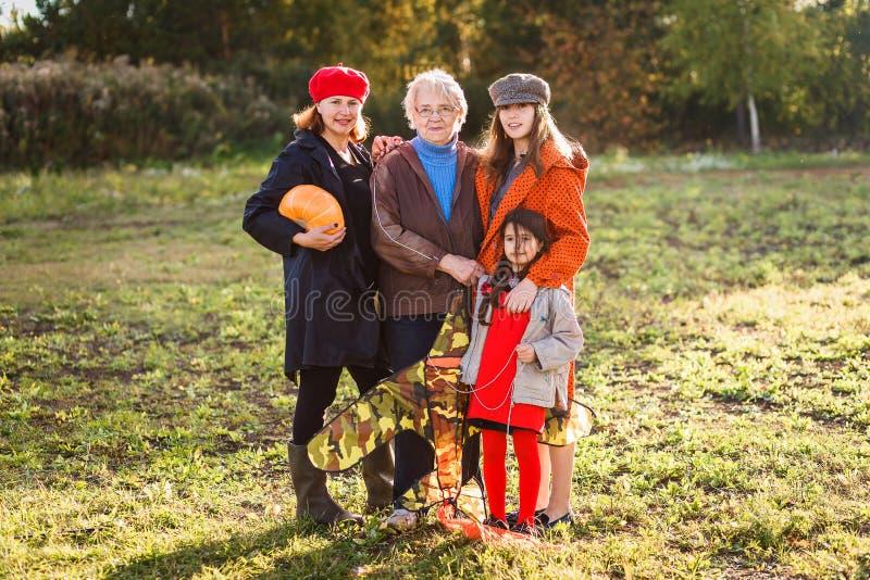 Een bejaarde witte vrouw met haar dochter en kleindochters royalty-vrije stock afbeelding