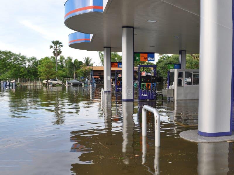 Een benzinestation is overstroomd in Pathum Thani, Thailand, in Oktober 2011 royalty-vrije stock fotografie