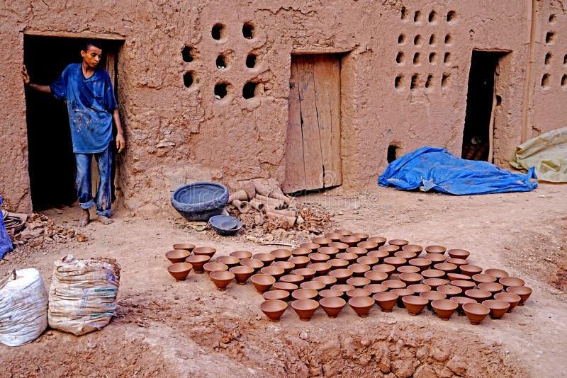 Een berberjongen was uit zijn ceramische workshop in Marokko royalty-vrije stock foto