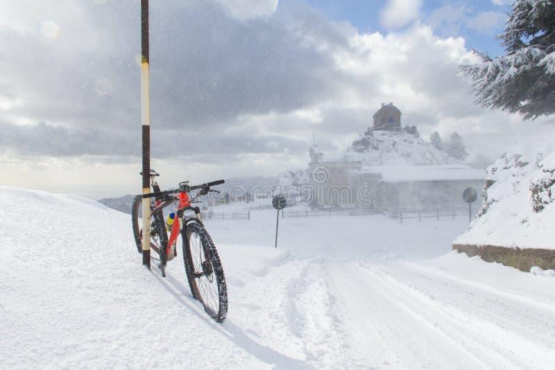 Een bergfiets in de sneeuw stock afbeelding