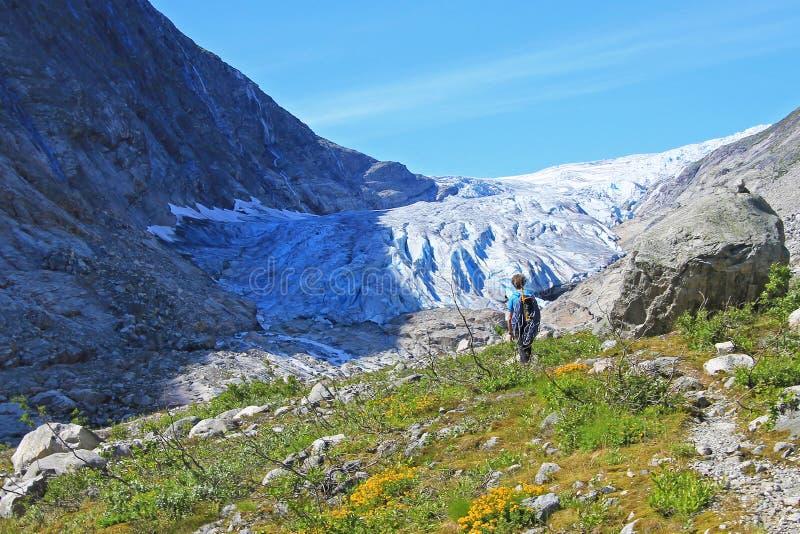 Een berggids die aan Fabergstolsbreen, een gletsjerwapen wandelen van de grote Jostedalsbreen-gletsjer, Noorwegen, Europa royalty-vrije stock afbeelding