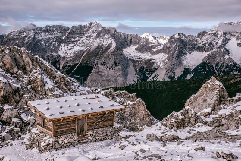 Een berghut in alpen van Oostenrijk bij wintertijd in de sneeuw Hafelekarspitze - Seegrube bij Karwendel-Berg, Innsbruck, stock afbeeldingen