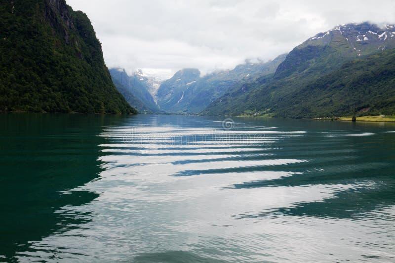 Een bergmeer in Noorwegen, golven en lichtpatches stock afbeelding