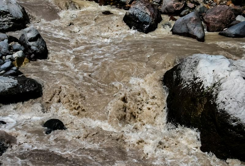 Een bergrivier, een meeslepende stroom van water in de bergen royalty-vrije stock afbeeldingen