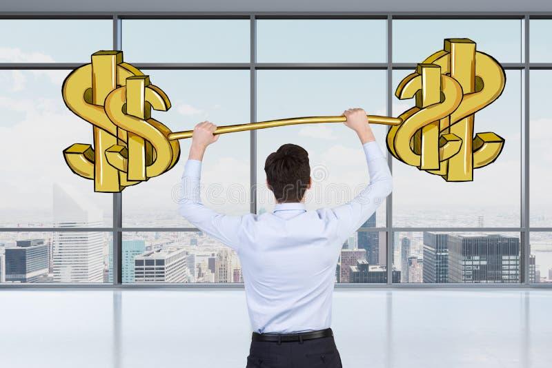 Een beroeps houdt een geschetst dollargewicht in het panoramische bureau met de mening van New York royalty-vrije stock foto