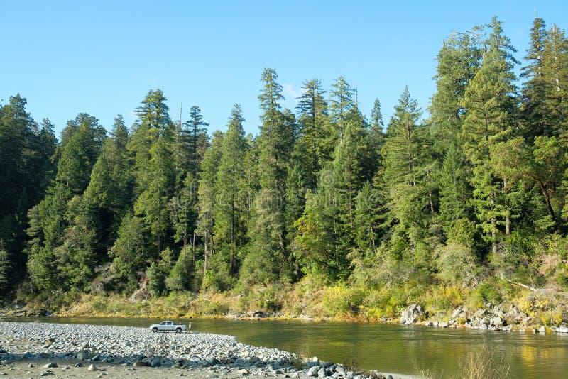 Een bestelwagen naast de rivier bij Californische sequoia Nationaal Park dat wordt geparkeerd stock fotografie