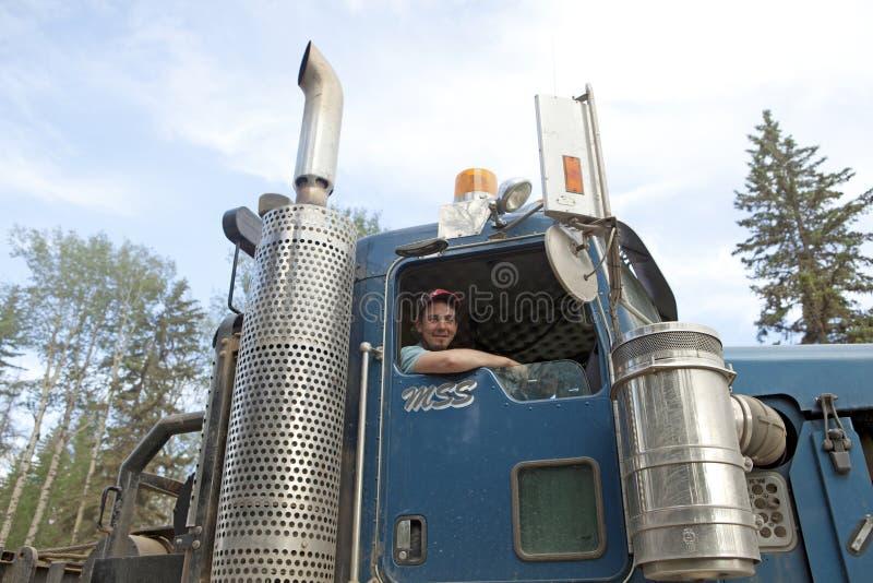 Een bestuurder met zijn vrachtwagen, Alberta, Canada stock afbeelding