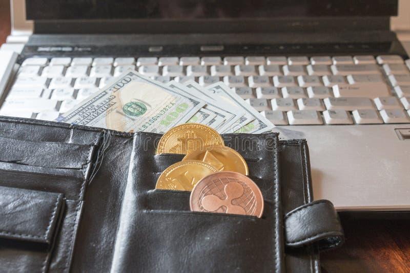 een beurs met dollars en een crypto munt Crypto munt Muntstukken Bitcoin die BTC, dollars uit een man zwart leer plakken pur royalty-vrije stock fotografie