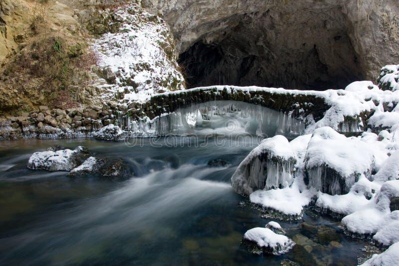 Een bevroren brug over rivier Rak, Slovenië stock foto