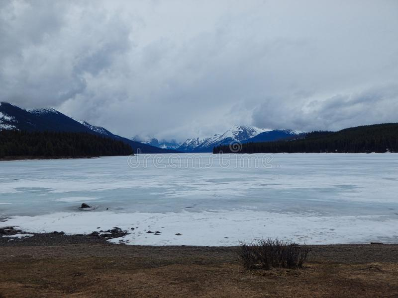 een bevroren meer in de bergen royalty-vrije stock afbeeldingen
