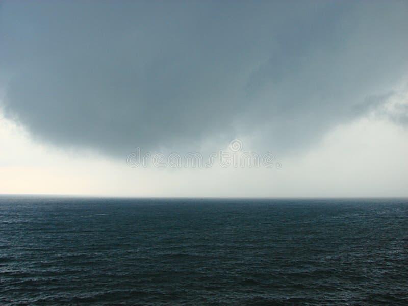 Een Bewolkt Onweer over een Oceaan royalty-vrije stock foto's
