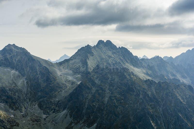 Een bewolkte dag in de bergen is ook mooi royalty-vrije stock afbeelding