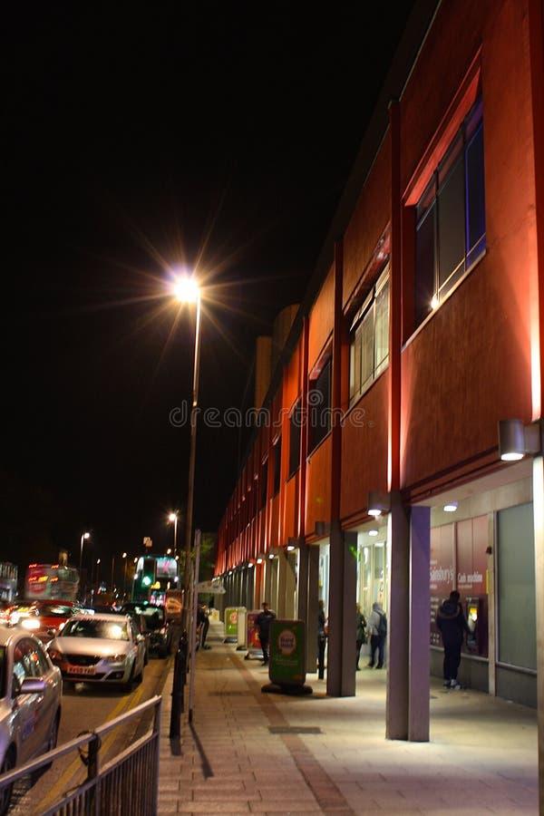Een bezige het winkelen straat in Headingley, Leeds, bij nacht royalty-vrije stock fotografie