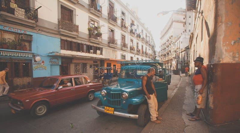Een bezige straat in Oud Havana, Cuba royalty-vrije stock afbeeldingen