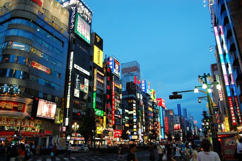 Een bezige straat van Tokyo stock afbeeldingen
