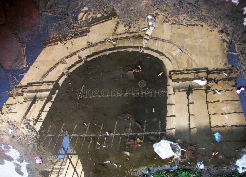 Een bezinning van een gesloten Armeense kerk in Baku, Azerbeidzjan royalty-vrije stock afbeeldingen