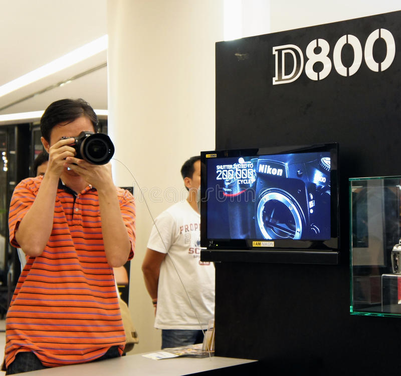 Een bezoeker die Nikon D800 test stock foto