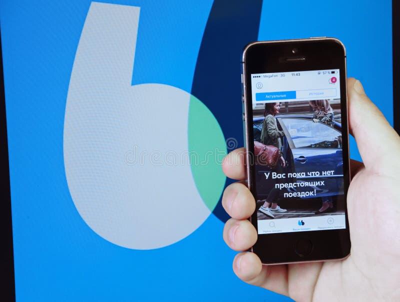 Een blablacar-internationale online automobielreismetgezellen van de onderzoeksdienst op het scherm van de telefoon stock foto's