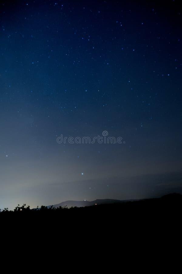 Een blauw hemelhoogtepunt van sterren bij nacht royalty-vrije stock foto