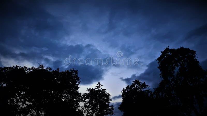 Een blauwe die hemel door me wordt gezien royalty-vrije stock fotografie