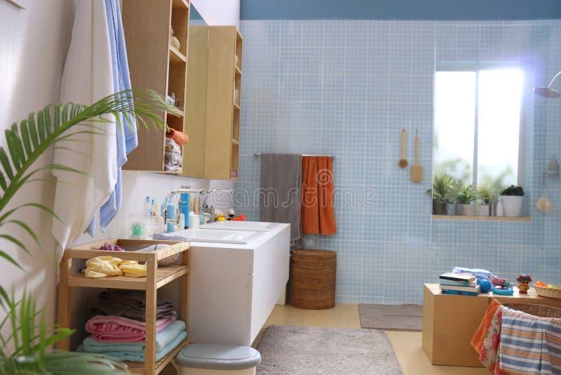 Een blauwe geruite badkamers van de patroonmuur royalty-vrije stock fotografie