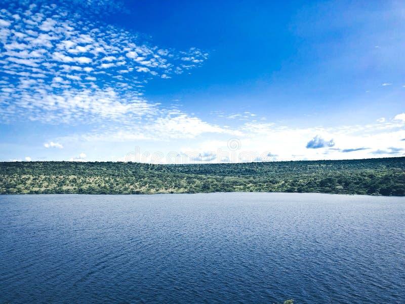 Een blauwe hemel en een blauwe rivier royalty-vrije stock afbeelding