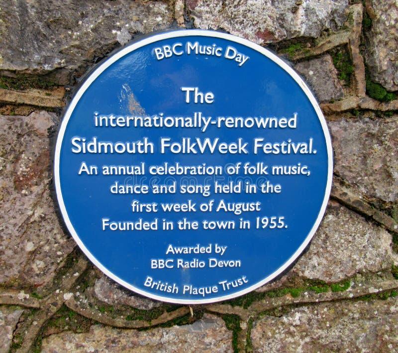 Een blauwe herdenkingsplaque over de jaarlijkse volksdieweek in Sidmouth tijdens de eerste week in Augustus wordt gehouden elk ja royalty-vrije stock foto