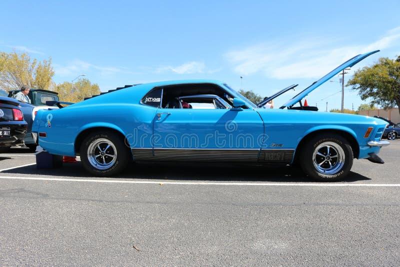 Een blauwe Mustangwerkgever 302, bij een auto toont royalty-vrije stock foto's