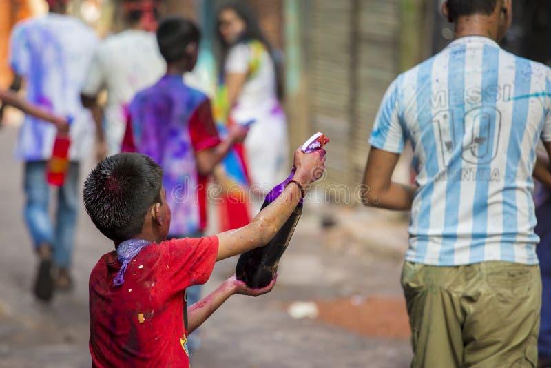 Een Blij ogenblik van holi het Festival van Kleuren in bazar Shakhari, Dhaka, Bangladesh stock afbeelding