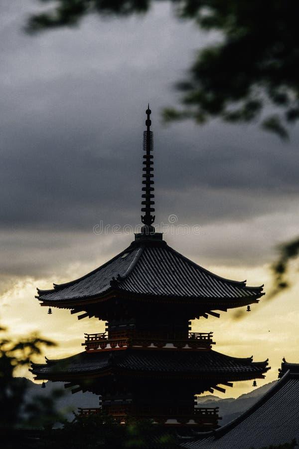 Een blik aan de kiyomizu-Deratempel bij zonsondergang stock foto's