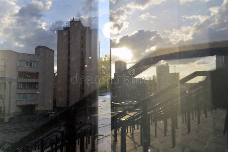 Een blik bij de wereld door de prisma's van spiegels stock afbeelding