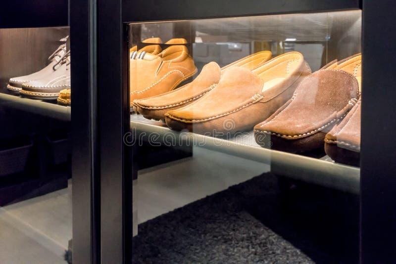 Een blik door venster van de schoenen van het mensenleer stock foto