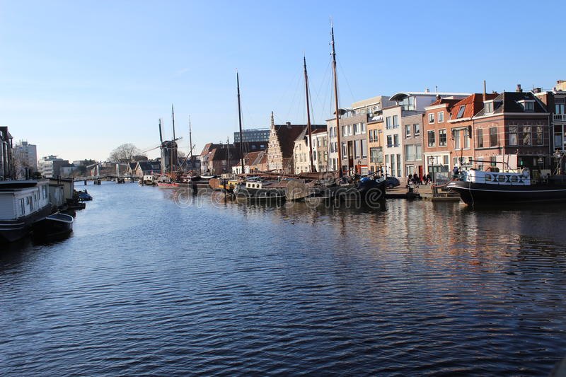 Een blik langs de waterkant van de haven van Leiden royalty-vrije stock foto's