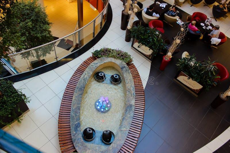 Een blik op aan fontein bij het winkelcentrum royalty-vrije stock fotografie