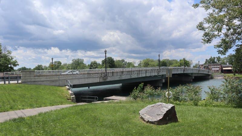 Een blik op een meer met een brug stock fotografie