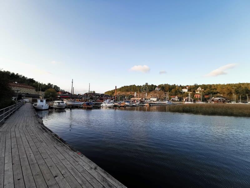 Een blik op Valdemarsvik in Zweden vanaf het beklaagdenbankje in de namiddag royalty-vrije stock foto's