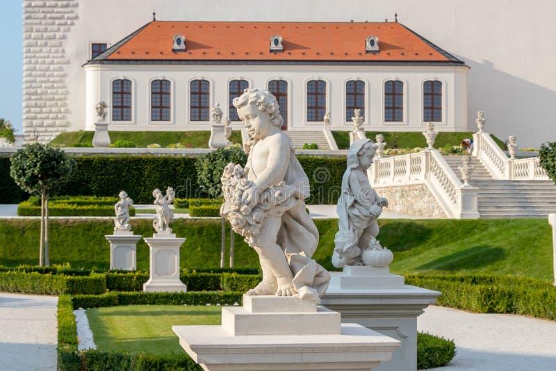 Een bloemtuin met een wit voetpad achter middeleeuws Kasteel, Bratislava, Slowakije royalty-vrije stock afbeeldingen