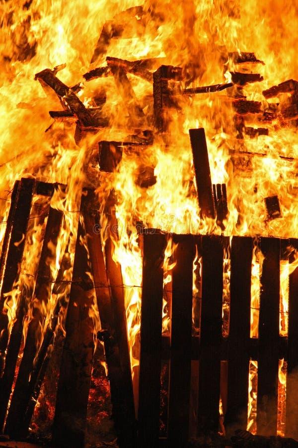 Een blokhuis gaat en brandwonden volledig in brand steken royalty-vrije stock fotografie