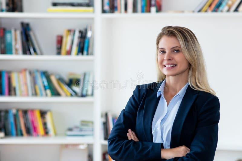 Een blonde zakenvrouw lachen met blazer stock fotografie