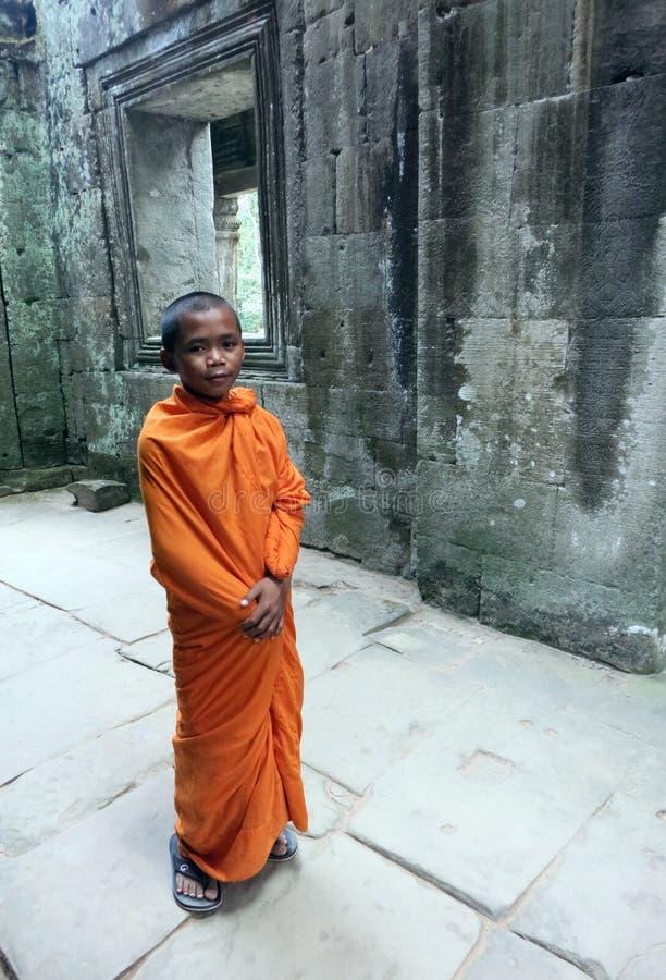 Een Boeddhistische kindmonnik in de tempel van Preah Khan in Siem oogst stock afbeeldingen