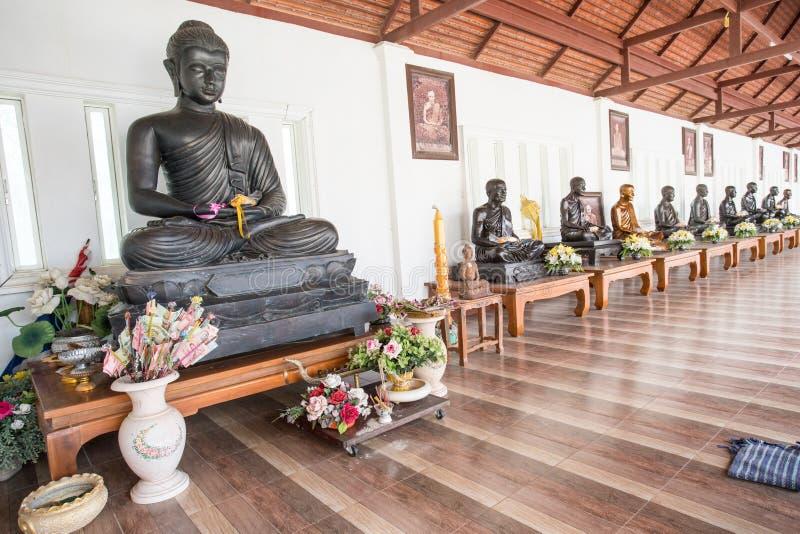 een Boeddhistische tempel met een rij van buddhas stock fotografie