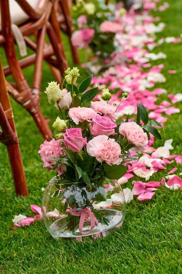 Een boeket van bloemen en nam het spoor van het bloemblaadjeshuwelijk toe stock foto