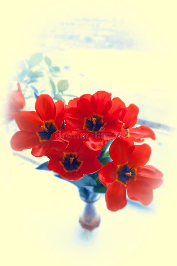 Een boeket van bloemen op de vensterbank stock afbeelding