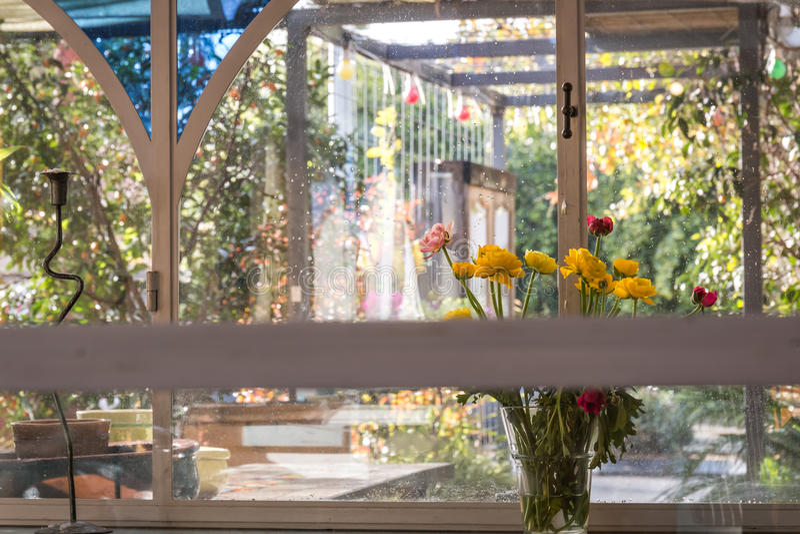 Een boeket van bloemen op een duidelijke dag in een koffie stock afbeeldingen