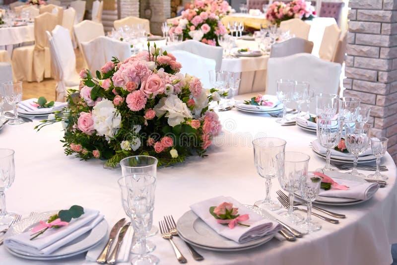 Een boeket van bloemen op een lijst in het restaurant royalty-vrije stock afbeelding