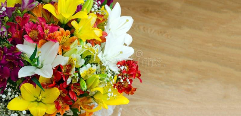 Een boeket van heldere grote bloemen op een houten achtergrond De ruimte van het exemplaar Romantische stemming Bloemprentbriefka stock afbeeldingen