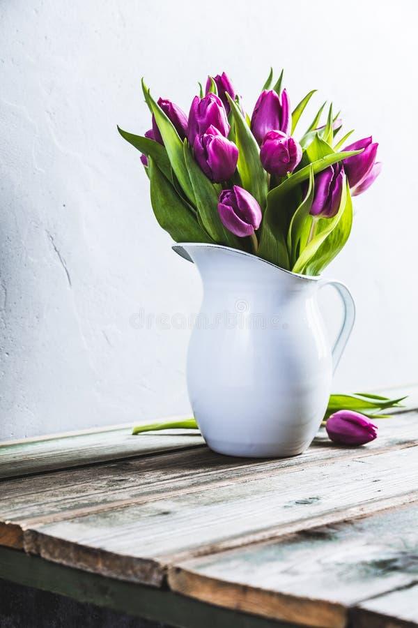 Een boeket van purpere tulpen in een vaas royalty-vrije stock afbeelding