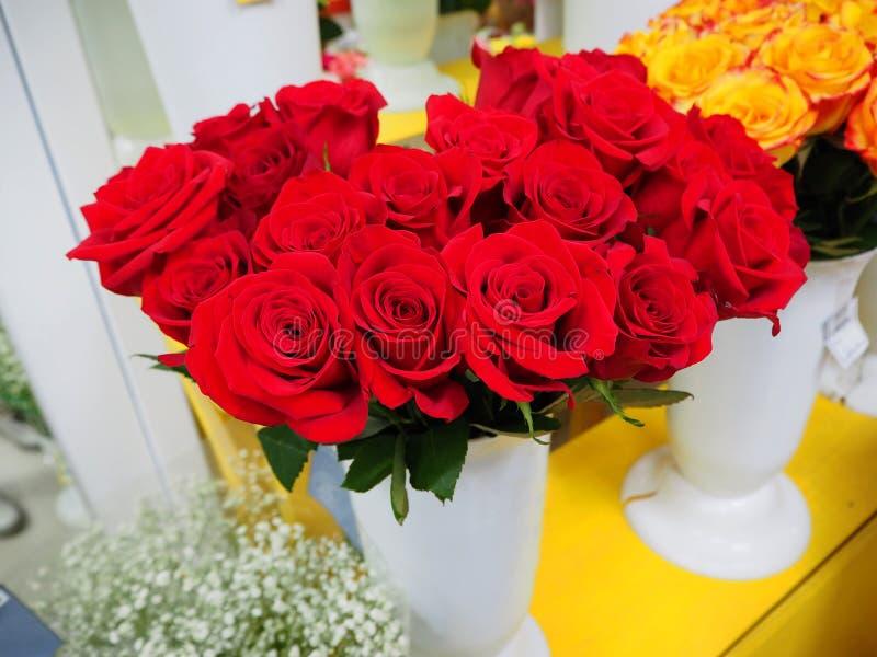 Een boeket van rode rozen in een vaas stock foto's