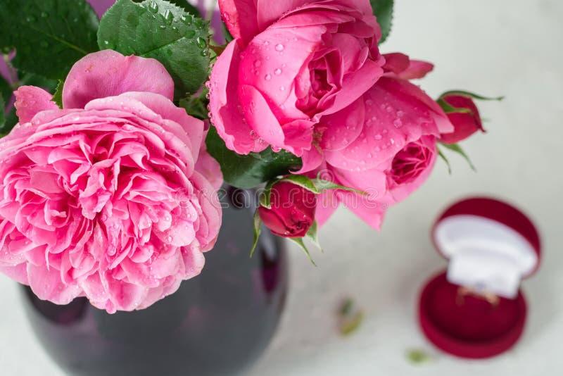 Een boeket van roze rozen in een vaas stock fotografie